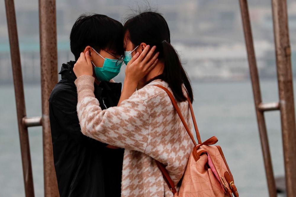شخصان يرتديان أقنعة واقية في هونغ كونغ، الصين 14 فبراير 2020