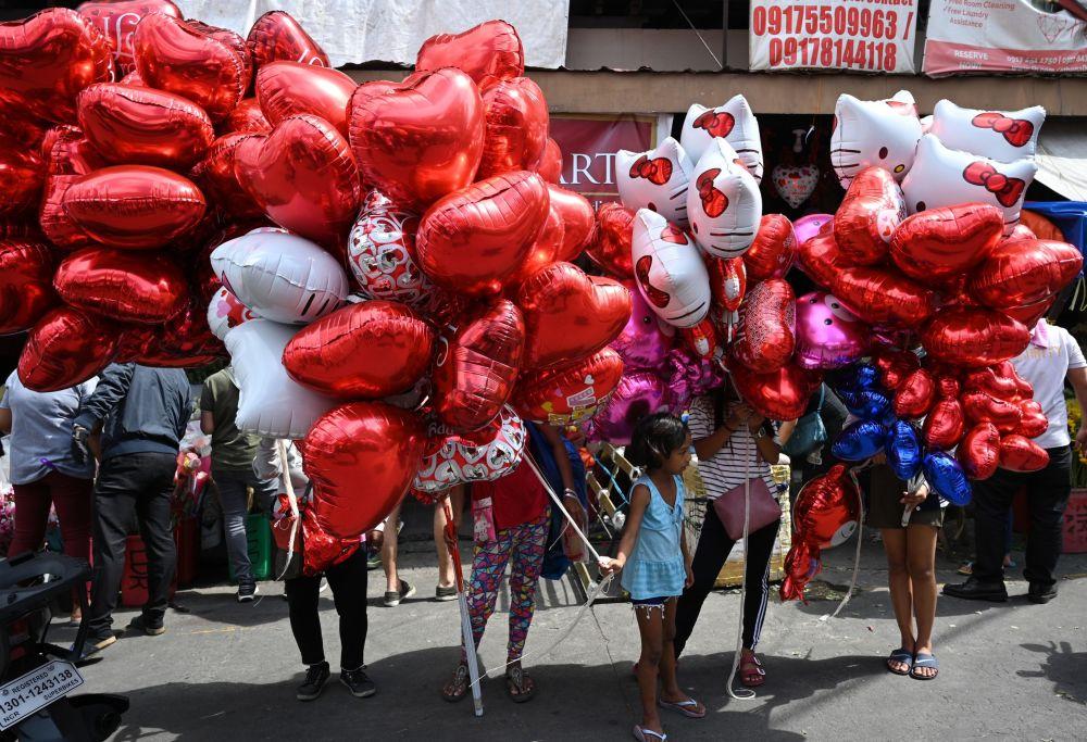 بيع بالونات على شكل قلوب حمراء بمناسبة يوم فالنتاين (عيد الحب) في مانيلا، الفلبين 14 فبراير 2020