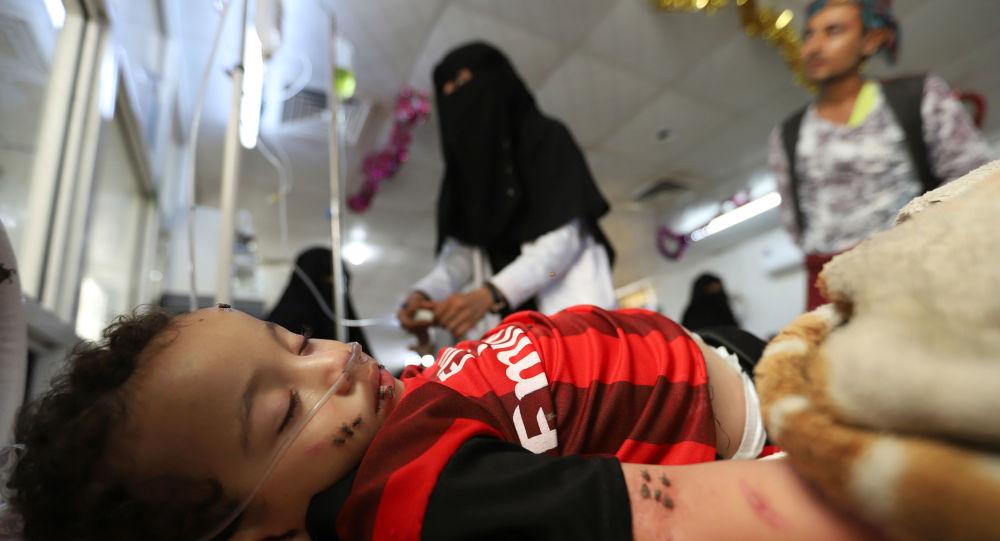 طفل مصاب بجروح يرقد على سرير في مستشفى بمنطقة الحديدة اليمنية