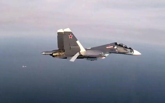 وزارة الدفاع تنشر فيديو اعتراض طائرة أمريكية فوق البحر الأسود