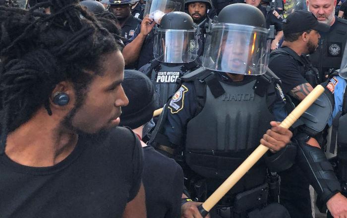 """شاهد كيف تعامل رجل مصري مع أمريكي """"أسود"""" حاول سرقته خلال الاحتجاجات"""