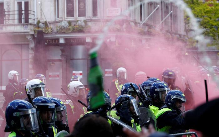 فيديو وصور لنوافير تصبغ باللون الأحمر في لندن.. ما السبب؟