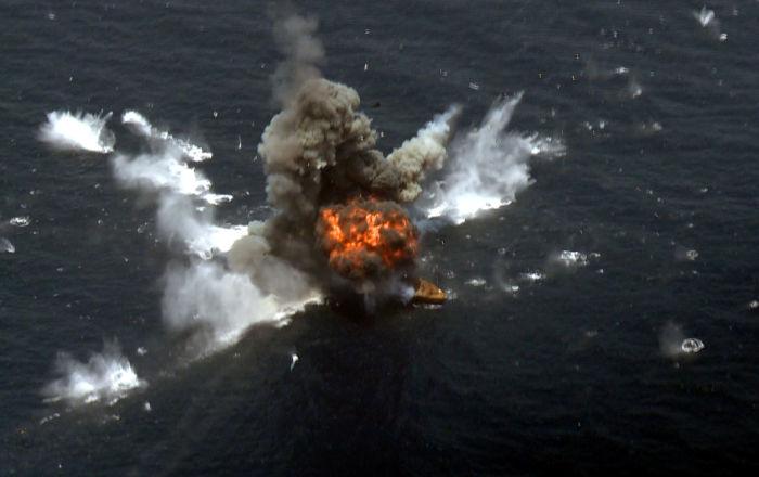 تدمير سفينة بصاروخ إيراني… فيديو