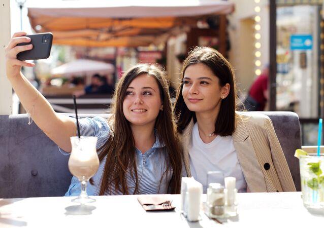 فتيات في مقهى صيفي في شارع ستاري أربات بعد إزالة الحجر الصحي في موسكو