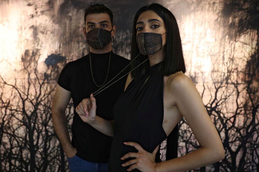 عارضة أزياء تقدم الكمامة المصنوعة من قشرة الباذنجان، من تصميم المصممتان سلمى دجاني والأميرة نجلاء بنت عاصم، عمان، الأردن 23 يونيو/ حزيران 2020