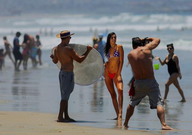 جلسة تصوير على شاطئ المحيط الهادئ في سان دييغو، كاليفورنيا 4 يوليو 2020 ، وسط جائحة فيروس كورونا، كاليفورنيا، الولايات المتحدة