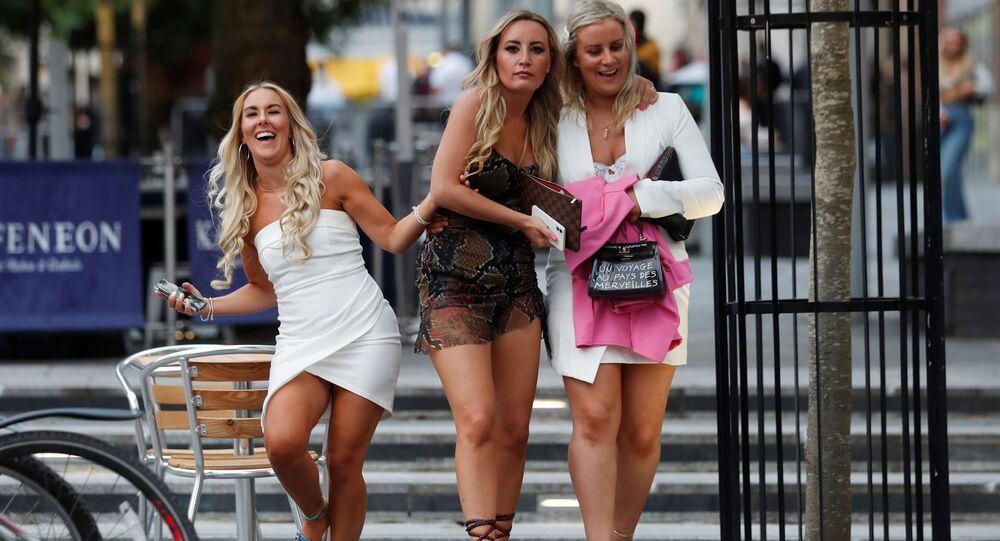 فتيات في إحدى شوراع مدينة نيوكاسل، بعد إعادة فتح المقاهي والمطاعم في بريطانيا 4 يوليو 2020