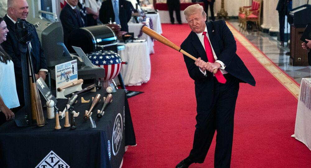 الرئيس دونالد ترامب يحمل مضرب بيسبول خلال عرض برنامج تلفزيوني سبيريت أوف أميريكا في البيت الأبيض، 2 يوليو 2020