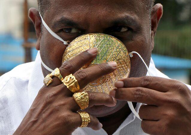 شانكار كورهادي (48 عامًا) ، يرتدي كمامة مصنوعة من الذهب، وسط انتشار مرض الفيروس التاجي (كوفيد-19) في بيون، الهند ، 4 يوليو 2020. يدعي كورهادي أن الكمامة تزن 50 جرامًا و تكلف حوالي 3870 دولار.
