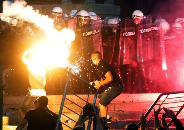 المتظاهرون يشتبكون مع عناصر الشرطة في بلغراد بعد فرض حظر التجوال من الإثنين حتى الجمعة، في ظل سوء الوضع الراهن بسبب فيروس كورونا في صربيا،  8 يوليو 2020