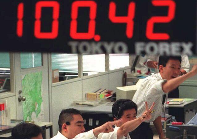 موظفون داخل شركة صرافة في اليابان