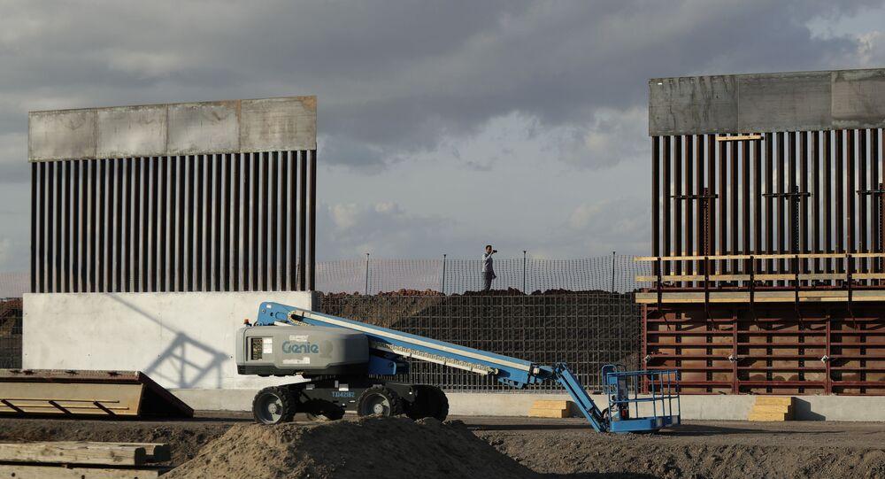 الجدار على الحدود بين الولايات المتحدة و المكسيك