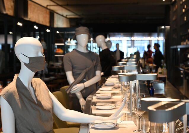 مطعم كندي يستعين بالمنيكان لتحقيق التباعد الاجتماعي