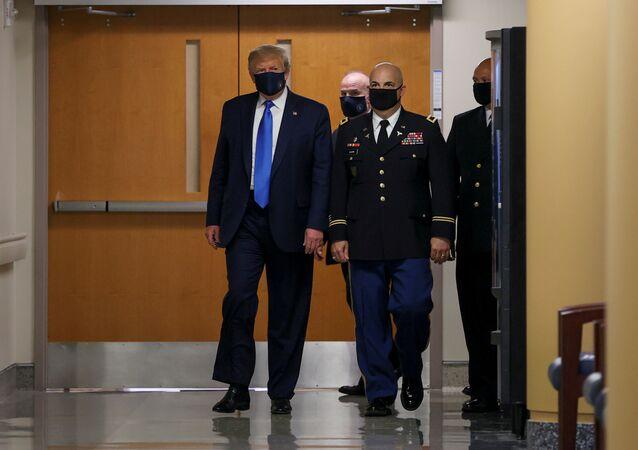 الرئيس الأمريكي دونالد ترامب يرتدي الكمامة لأول مرة
