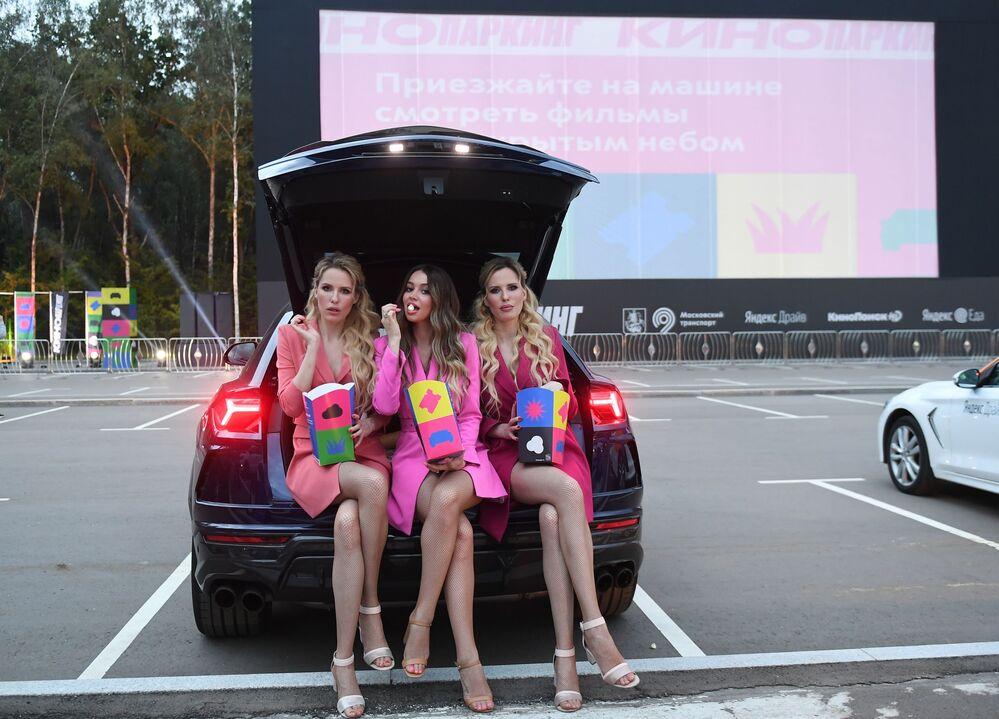 فرقة Queens الغنائية الروسية في حفل فتح عروض سينما السيارات، مع المحافظة على قاعدة التباعد الاجتماعي، منعا لانتشار فيروس كورونا في موسكو، 11 يوليو 2020
