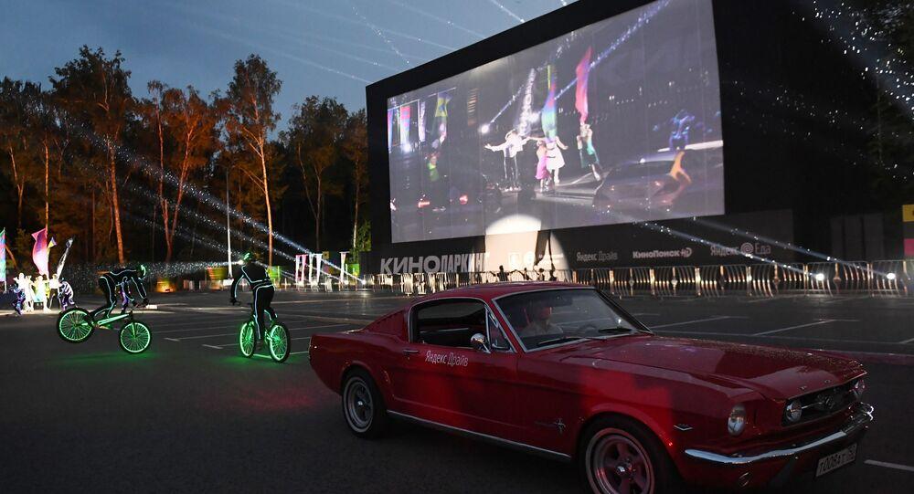 الجمهور خلال مشاهدة فيلم في إطار فتح عروض سينما السيارات، مع المحافظة على قاعدة التباعد الاجتماعي، منعا لانتشار فيروس كورونا في موسكو، 11 يوليو 2020
