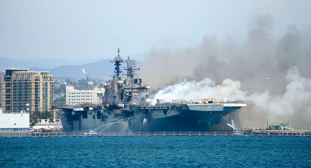 السفينة الحربية الأمريكية المحترقة في كاليفورنيا بونهوم ريتشارد