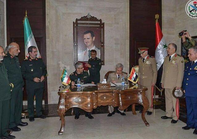 وزير الدفاع السوري، علي عبد الله أيوب، ورئيس أركان الجيش الإيراني، محمد باقري، يوقعان اتفاقية شاملة للتعاون العسكريبين البلدين