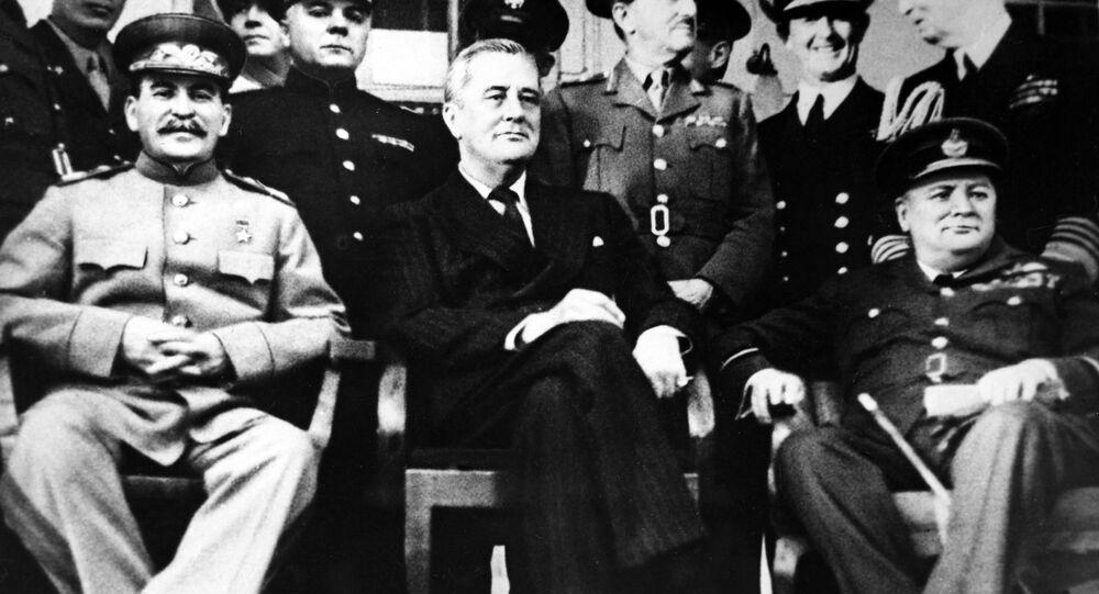 مؤتمر طهران (28 نوفمبر/ تشرين الثاني - 1 ديسمبر/ كانون الأول 1943) لقادة الدول الثلاث: زعيم الاتحاد السوفيتي جوزيف ستالين، ورئيس الولايات المتحدة الأمريكية فرانكلين روزفلت، ورئيس وزراء بريطانيا العظمى ونستون تشرشل (من اليسار إلى اليمين).