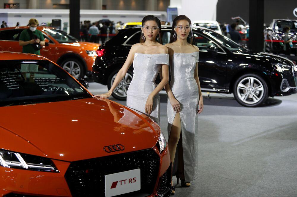 عارضات يرتدين كمامات في الحفل الـ41 لافتتاح معرض بانكوك الدولي للسيارات، بجوار سيارة أودي تي تي إر إس كوب، 14 يوليو 2020