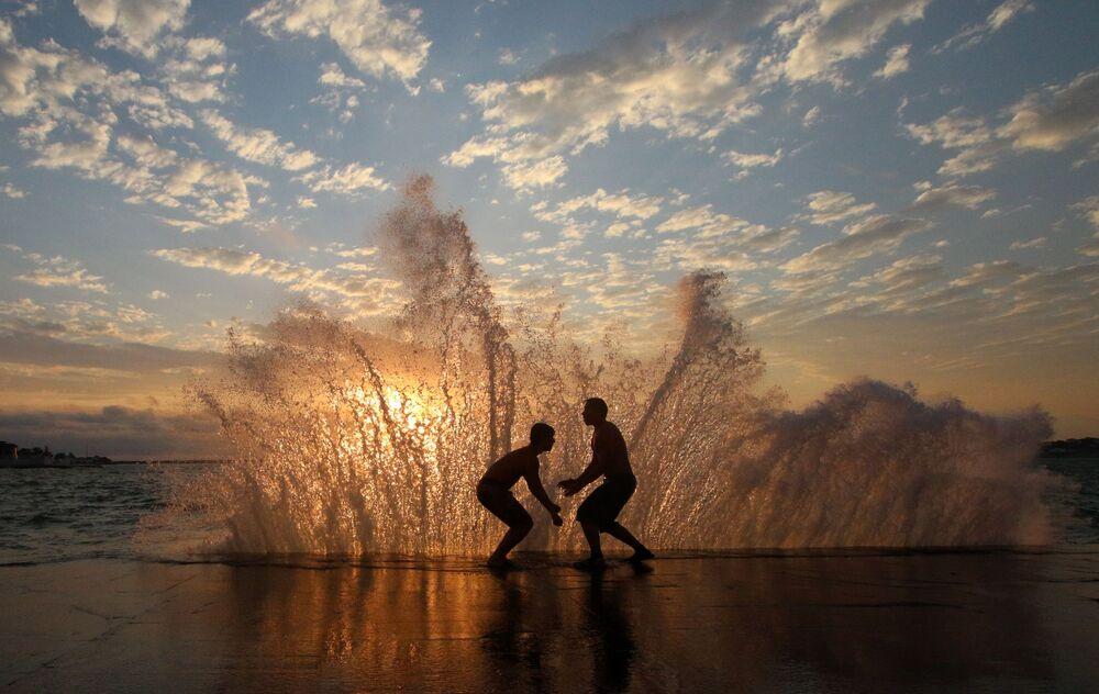 رجال على شاطئ سيفاستوبل في يوم حار، شبه جزيرة القرم الروسية 13 يوليو 2020