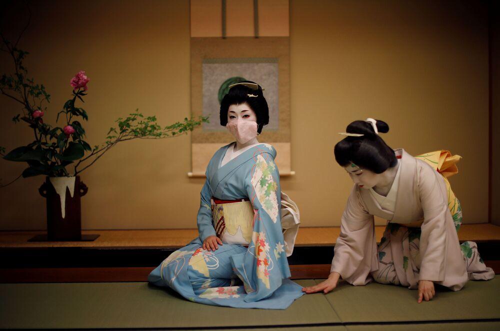 يوميات غيشا - تجهيزات فنيات غيشا اليابانية قبل دخولهن مطعم أسادا لترفيه الزبائن في طوكيو، اليابان  16يوليو 2020