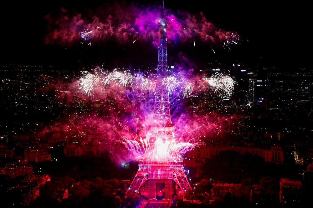 ألعاب نارية على خلفية برج إيفل بمناسبة يوم الباستيل 14 يوليو 2020