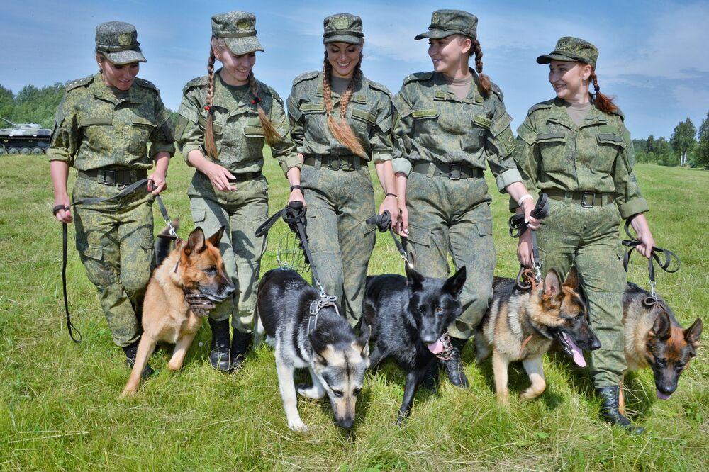 فتيات من الفرقة التشكيلية مع كلاب الاستطلاع، خلال مسابقة فيرني دروغ (صديق الصادق) لجميع أقسام الجيش، في القاعدة العسكرية رقم 470 لوسام النجمة الحمراء في ضواحي موسكو 11 يوليو 2020