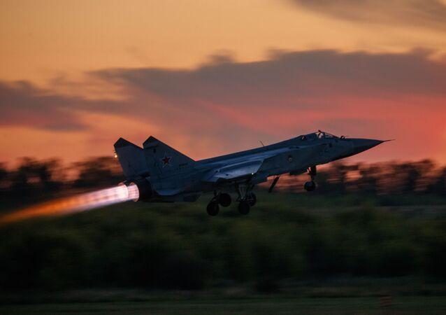 مقاتلة اعتراضية من طراز ميغ-31 تقلع أثناء رحلة تدريبية في مركز الطيران باسم ف. ب. تشكالوف، 10 يوليو 2020