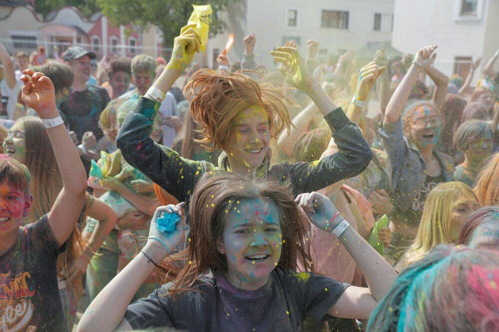 مواطنون في مهرجان ColorFest في مينسك، بيلاروسيا 11 يوليو 2020