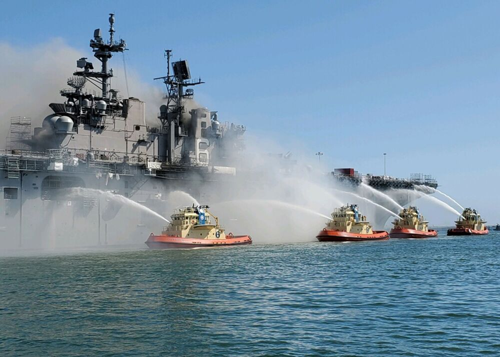 اطفاء الحريق على متن سفينة بونهوم ريتشارد الحربية، كاليفورنيا، الولايات المتحدة،  13 يوليو 2020