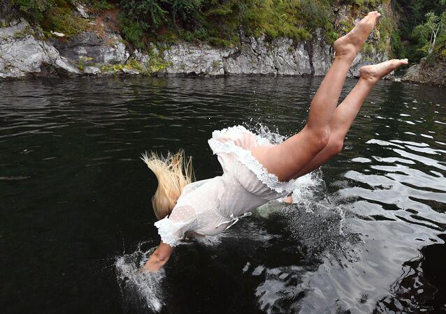 موظفة في شركة سياحية أثناء الاسترخاء على يخت على نهر ينيسي، روسيا 15 يوليو 2020