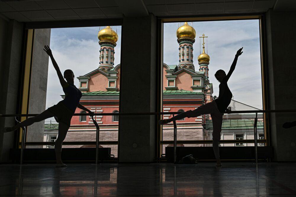 راقصات الباليه خلال بروفة في مسرح الكرملين للباليه بمبنى قصر الكرملين الحكومي في موسكو، روسيا 13 يوليو 2002. يذكر أن المسرح يخطط لإعادة فتح أبوابه أمام الجمهور في سبتمبر/ أيلول القادم.