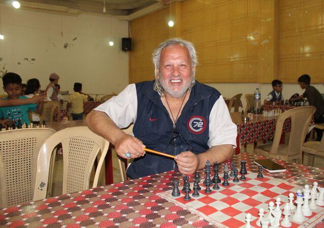 اللاعب والمدرب والحكم الدولي السوري ميثاق كمال الحسن يعلم أطفال الحسكة فنون رياضة الشطرنج