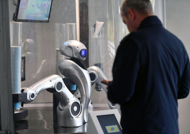 روبوت باريستا في حديقة زارياديه في موسكو
