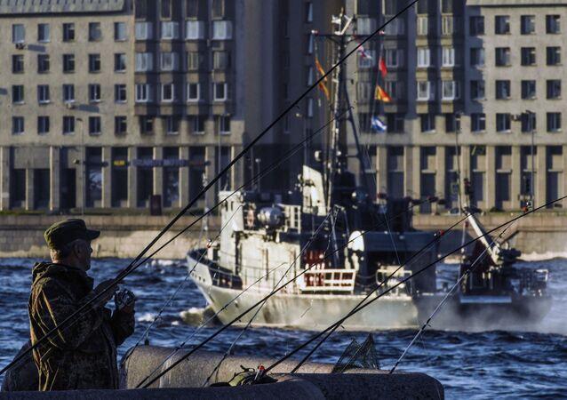 تدريبات العرض العسكري البحري بمناسبة عيد البحرية الروسية في على نهر نيفا في مدينة سان بطرسبورغ، روسيا 17 يوليو 2020