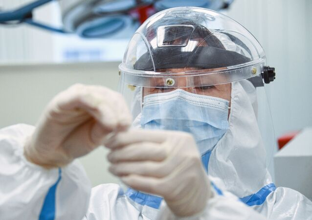 عمل اختبار المرض الفيروسي كوفيد-19، الذي يسببه فيروس كورونا، للركاب في مطار شيريميتيفو في موسكو، روسيا 20 يوليو 2020