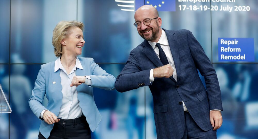 رئيس المجلس الأوروبي تشارلز ميشيل ورئيسة المفوضية الأوروبية أورسولا فون دير لين، يتصافحان بالكوع في نهاية مؤتمر صحفي عقب قمة أوروبية استمرت أربعة أيام في المجلس الأوروبي في بروكسل، بلجيكا، 21 يوليو 2020