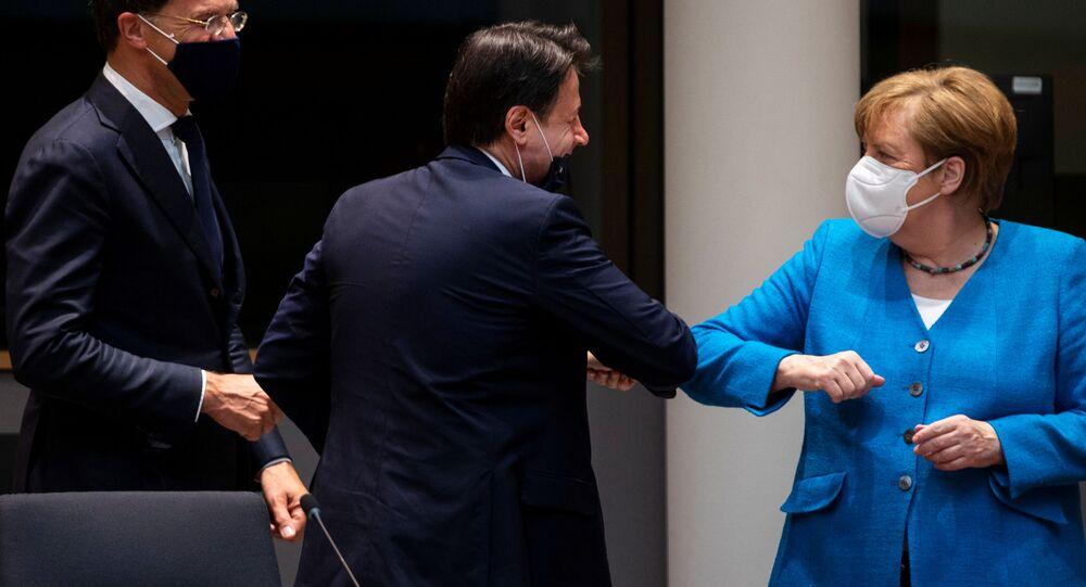 المستشارة الألمانية أنجيلا ميركل تحيي رئيس الوزراء الإيطالي جوزيبي كونتي بالكوع أثناء اجتماع على هامش أول قمة للاتحاد الأوروبي وجهاً لوجه منذ تفشي المرض الفيروس (كوفيد-19)، في بروكسل، بلجيكا 18 يوليو 2020.