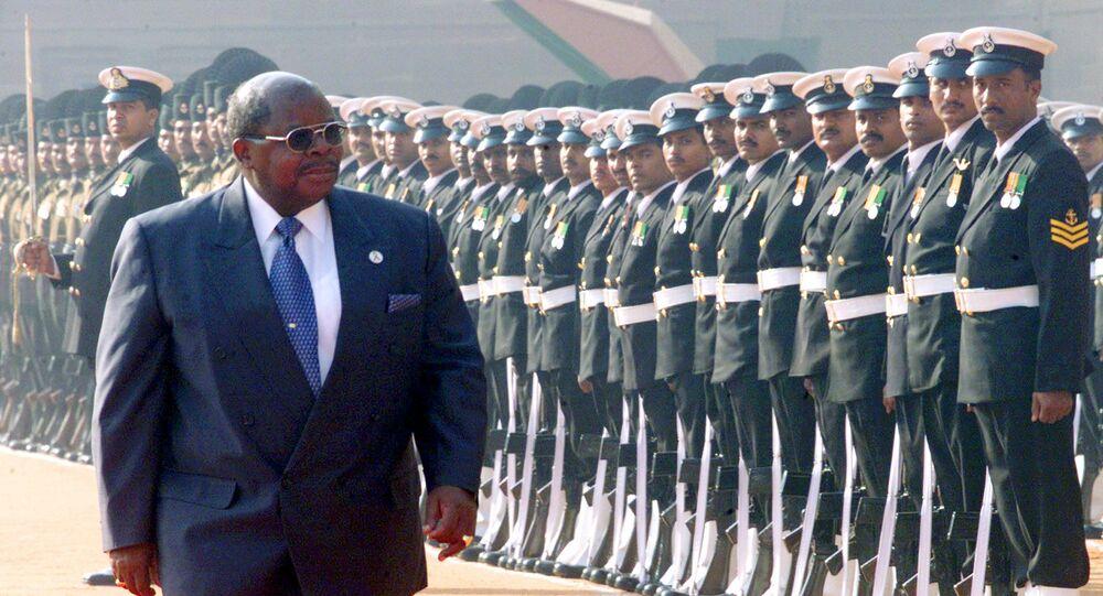 الرئيس التنزاني السابق بنيامين مكابا يتفقد حرس الشرف خلال حفل الترحيب في القصر الرئاسي بنيودلهي في الهند 2002.