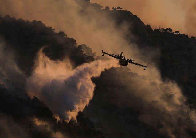 اخماد حريق مدينة كورنثوس فى جنوب غرب اليونان