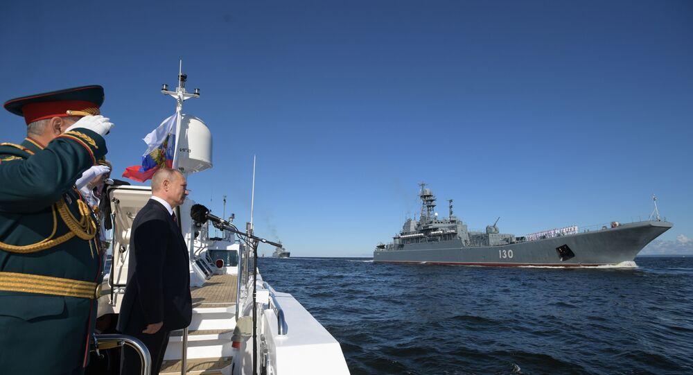 الرئيس الروسي فلاديمير بوتين خلال تفقد القوات البحرية الروسية خلال العرض العسكري في كرونشتاد
