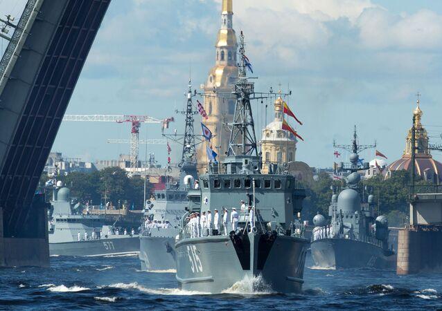 العرض العسكري بمناسبة يوم البحرية الروسية في سان بطرسبورغ
