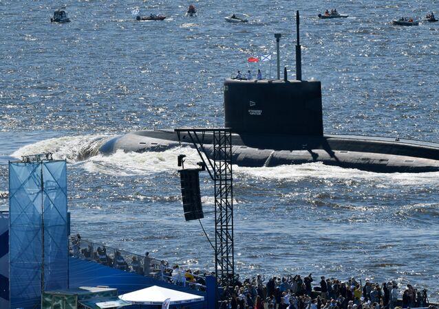 غواصة بي-274 (بيتروبالوفسك-كامتشاسكي) مشروع 636.3 خلال مراسم الاحتفال بيوم البحرية العسكرية الروسية في خليج فنلندا، روسيا 26 يوليو 2020