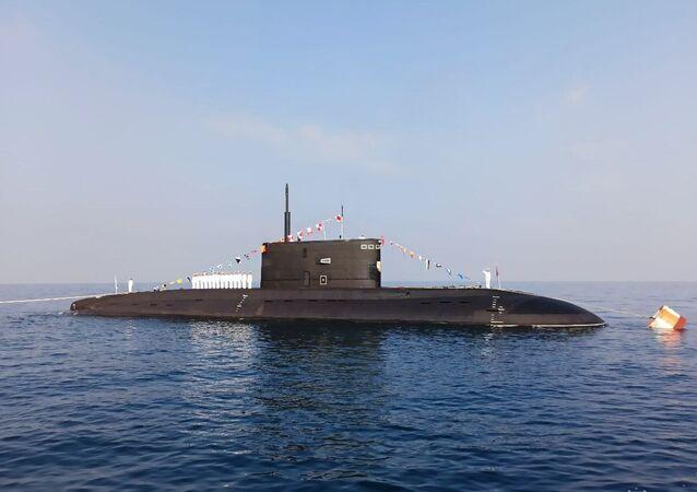 غواصة نوروسيسك مشروع 636.3 خلال العرض العسكري البحري، في إطار مراسم الاحتفال بتأسيس البحرية الروسية، قبالة شواطئ طرطوس، سوريا 26 يوليو 2020