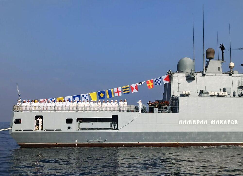 فرقاطة الأميرال ماكاروف خلال العرض العسكري البحري، في إطار مراسم الاحتفال بتأسيس البحرية الروسية، قبالة شواطئ طرطوس، سوريا 26 يوليو 2020