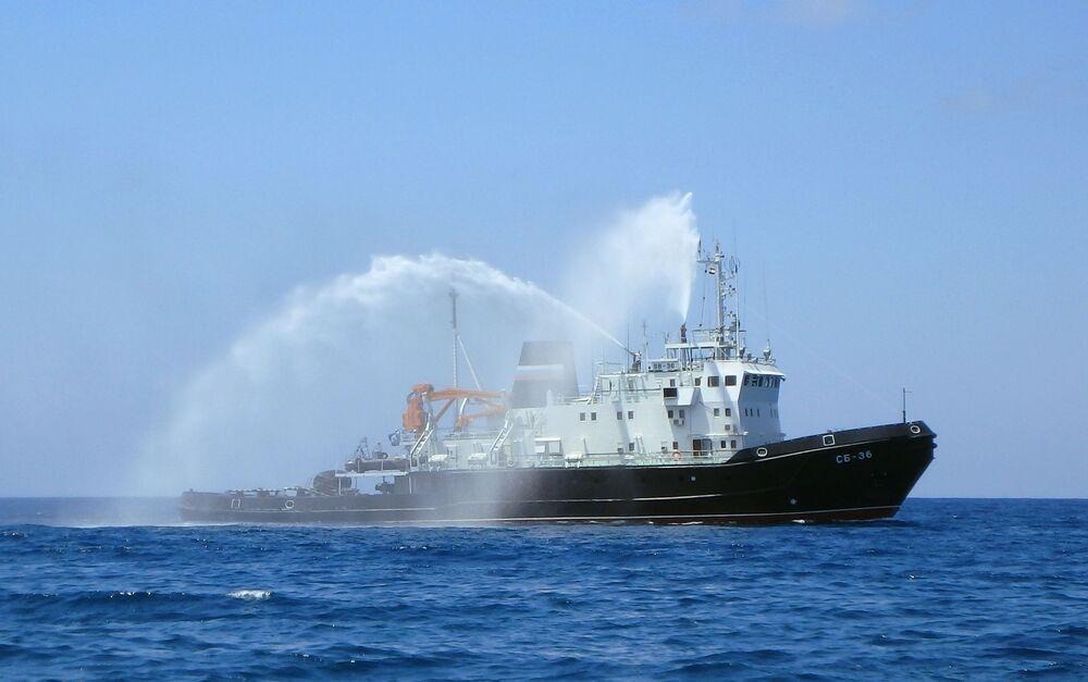 قاطرة إنقاذ إس بي - 36 خلال العرض العسكري البحري، في إطار مراسم الاحتفال بتأسيس البحرية الروسية، قبالة شواطئ طرطوس، سوريا 26 يوليو 2020