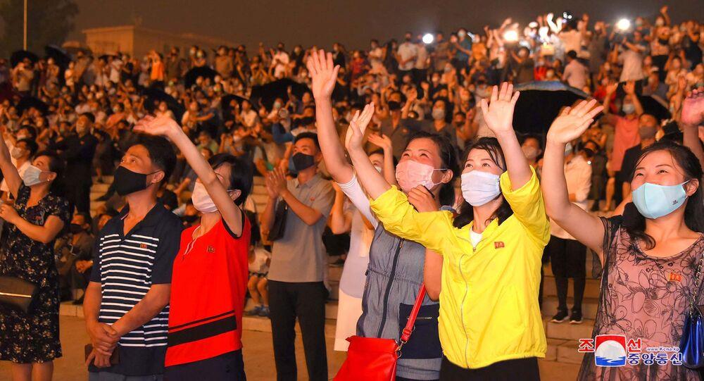 مواطنون كوريون شماليون يرتدون كمامات واقية من فيروس كورونا خلال احتفالات الذكرى 67 لإيقاف إطلاق النار مع كوريا الجنوبية