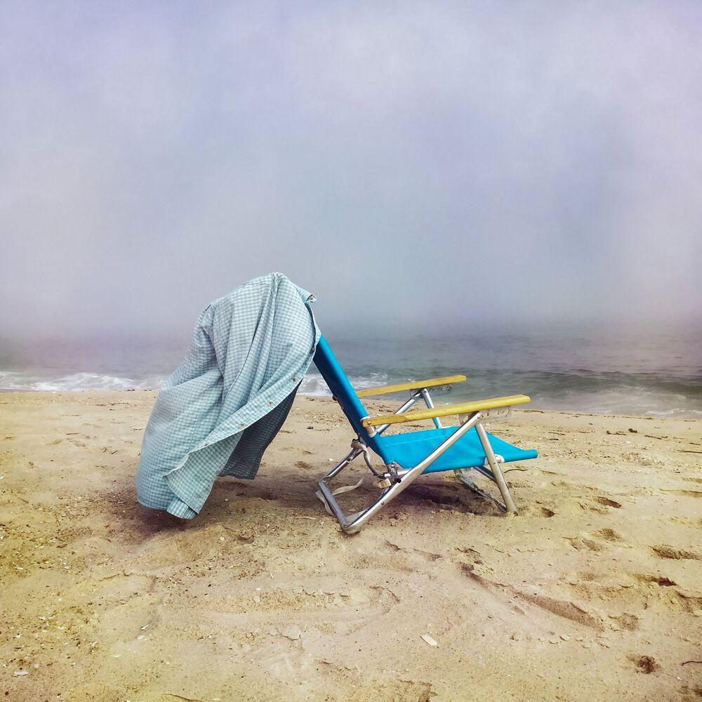 صورة بعنوان كرسي الشاطئ، للمصور الأمريكي دانيال موار، الحائز على المركز الأول في فئة التصوير صور أخرى في جوائز مسابقة مصور العام في التصوير بواسطة الهاتف المحمول أيفون لعام 2020