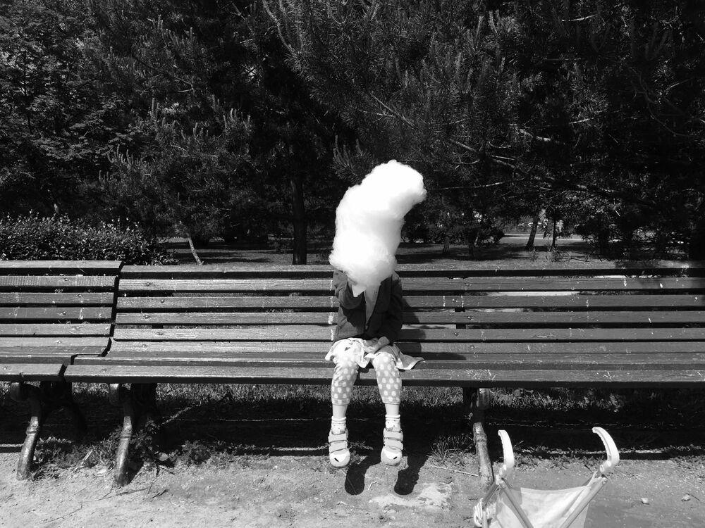 صورة بعنوان شعر البنات، للمصورة الأمريكية يكاتيرينا فارزار، الحائزة على الجائزة الرئيسية في فئة التصوير الأطفال في جوائز مسابقة مصور العام في التصوير بواسطة الهاتف المحمول أيفون لعام 2020